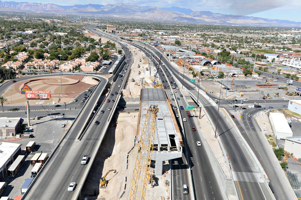 Vista de la autopista U.S.95 mirando hacia el oeste desde arriba del Spaghetti Bowl hacia Rancho Drive en Las Vegas. El proyecto se completó recientemente como parte del Proyecto Neon en Las Vega ...