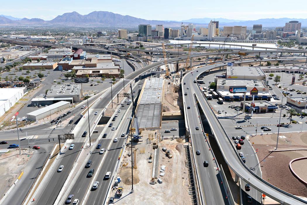 Vista de la autopista U.S.95 mirando hacia el este en Martin Luther Boulevard en Las Vegas. A la derecha del puente está la nueva alineación de  U.S. 95 hacia el sur que fue completada por Kiewi ...