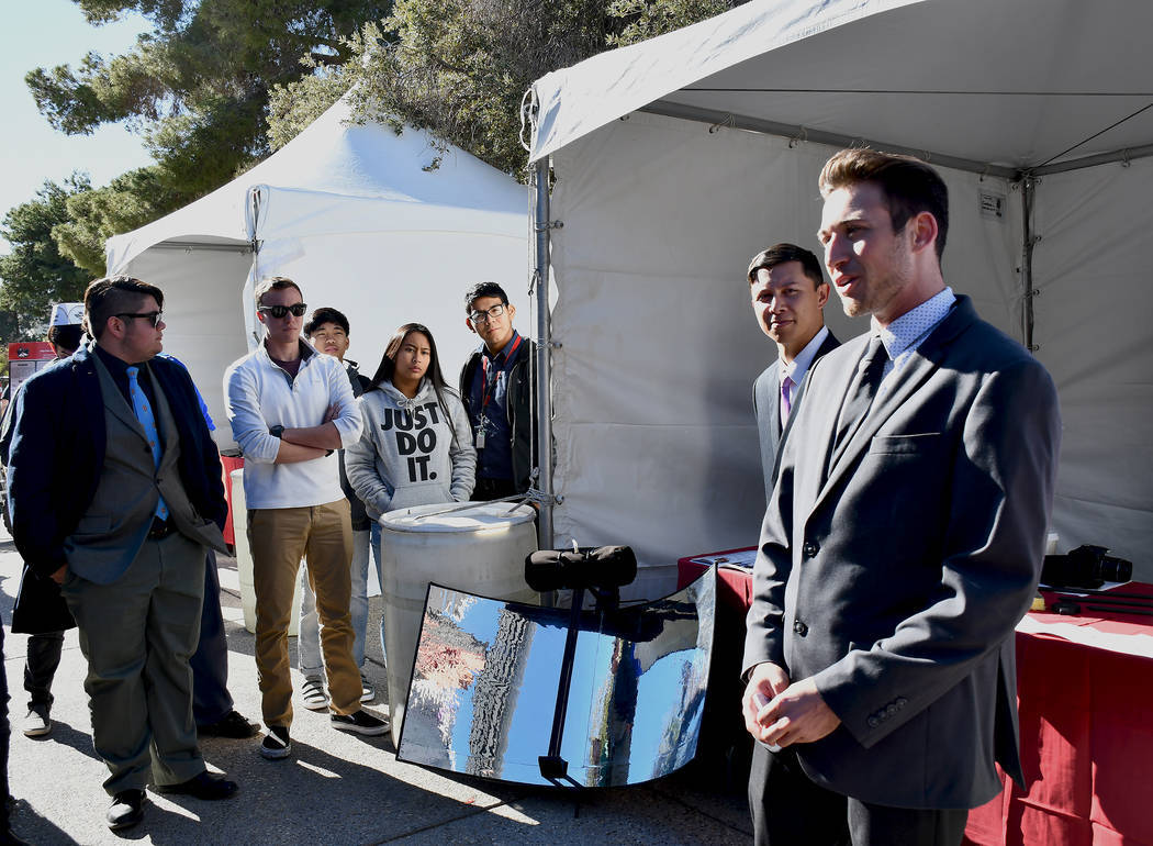 Dylan Nanni, senior de ingeniería mecánica, y sus dos colegas, Kobe-Dean Neuhaus y Norberto Torres-Reyes, presentaron Sol-Hydrator, una unidad portátil de destilación de agua  que utiliza el p ...