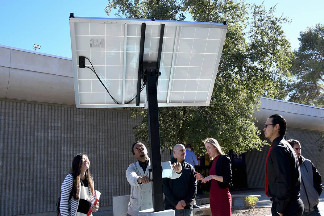 La Competencia anual de diseño de estudiantes de último año Fred and Harriet Cox en la Facultad de Ingeniería Howard R. Hughes de UNLV contó con más de 30 equipos que presentaron sus proyect ...