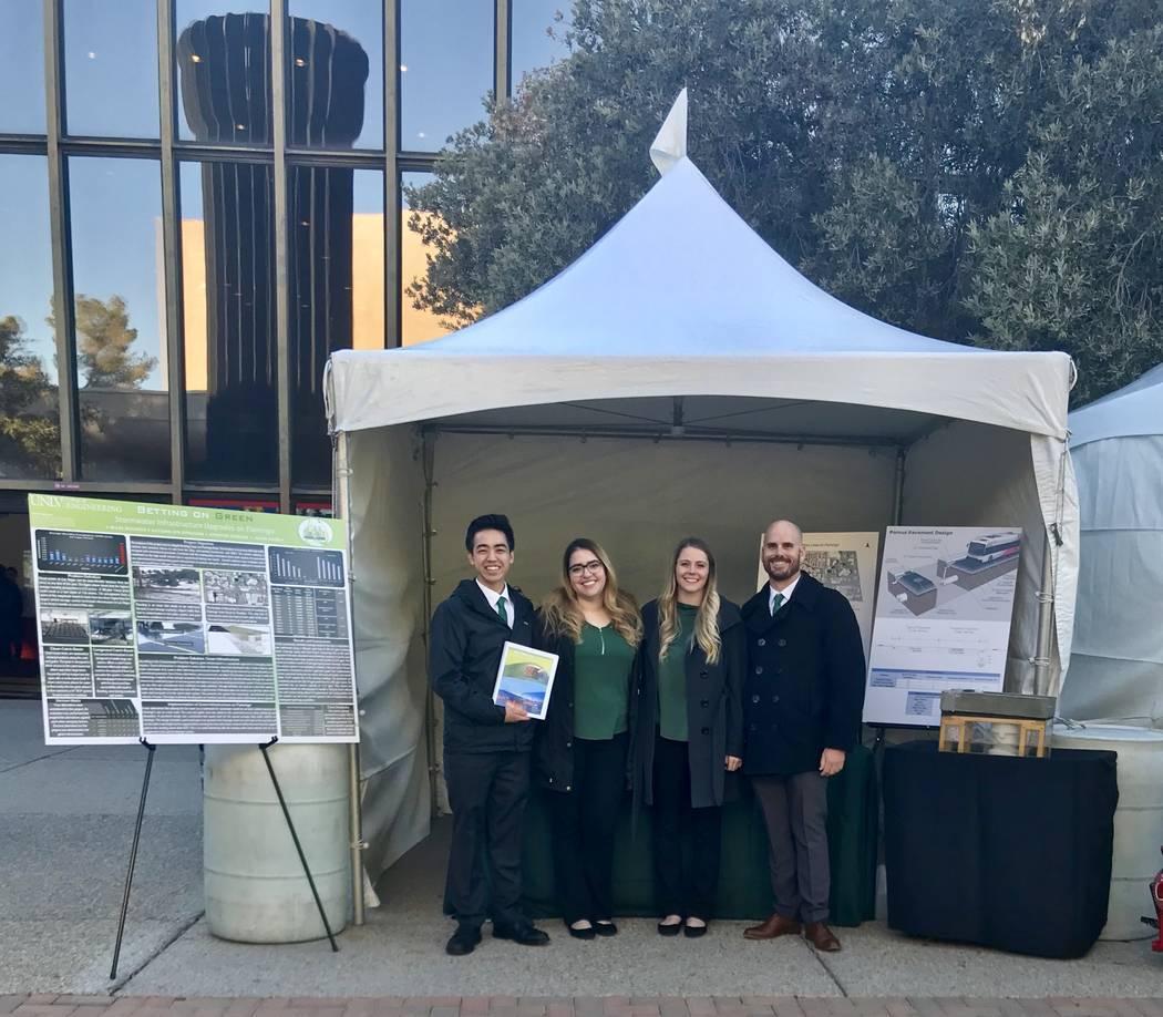 """De izquierda a derecha: Jason Shon, Jennifer Jarquin, Autumn Donovan y Miles Buckner presentan su proyecto titulado """"Betting on Green: Rediseño de infraestructura para el futuro de Las Vegas"""" en  ..."""