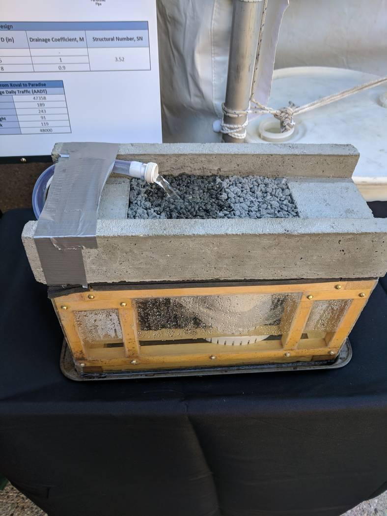 Un prototipo muestra el pavimento poroso que mitigaría la inundación al reducir la carga en la cuenca de captura.