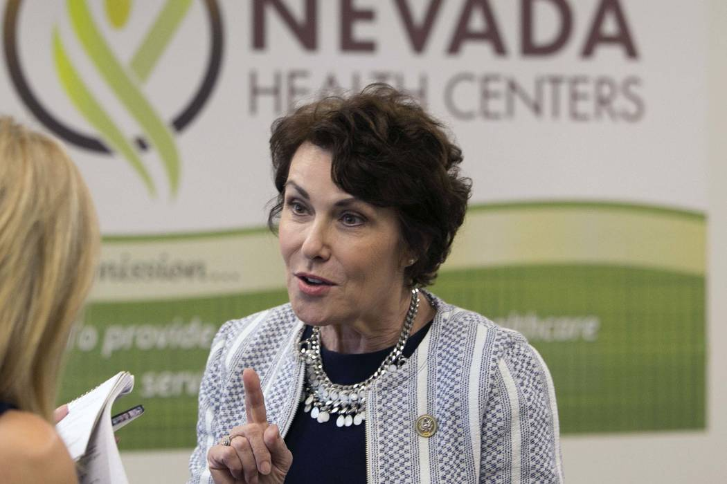U.S. Rep. Jacky Rosen, D-Nev., habla en los Centros de Salud de Nevada para analizar los esfuerzos legislativos para abordar la escasez de médicos en Nevada el lunes 21 de agosto de 2017 en Las V ...