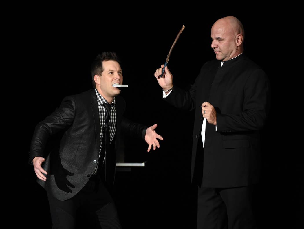 El gracioso mago Farrel Dillon (izquierda) desapareció $100. Está a punto de sacarlo de su boca, en el show Masters of Illusion, el 13 de diciembre del 2017. Foto Cortesía Ethan Miller/ Getty.