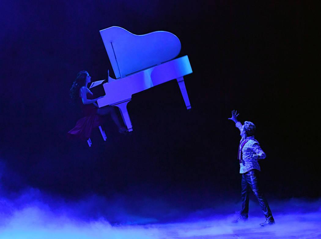 Tommy Wind hace levitar a la pianista y su piano, en Masters of Illusion, 13 de diciembre del 2017. Foto Cortesía Ethan Miller/ Getty.