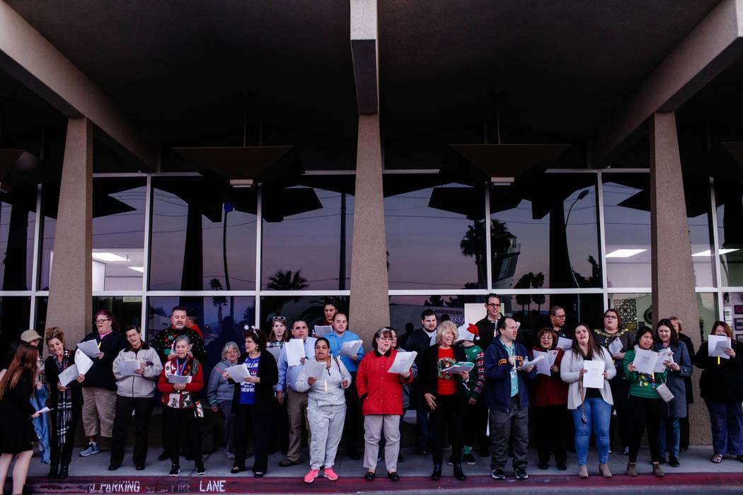 Los maestros de la Asociación Educativa del Condado de Clark protestan por un nuevo contrato fuera del Centro Educativo Edward A. Greer antes de una reunión del Consejo Directivo del Distrito Es ...