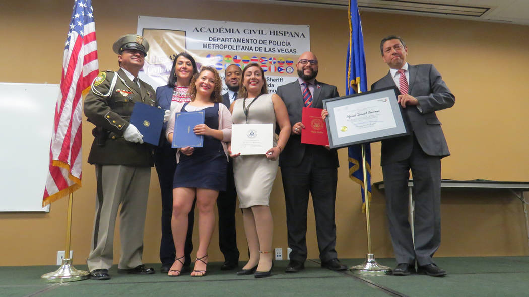 Algunos de los invitados especiales otorgaron reconocimientos a la Academia Civil Hispana y su director, David Ciénega. 13 de diciembre de 2017 en LVMPD. Foto Anthony Avellaneda / El Tiempo.