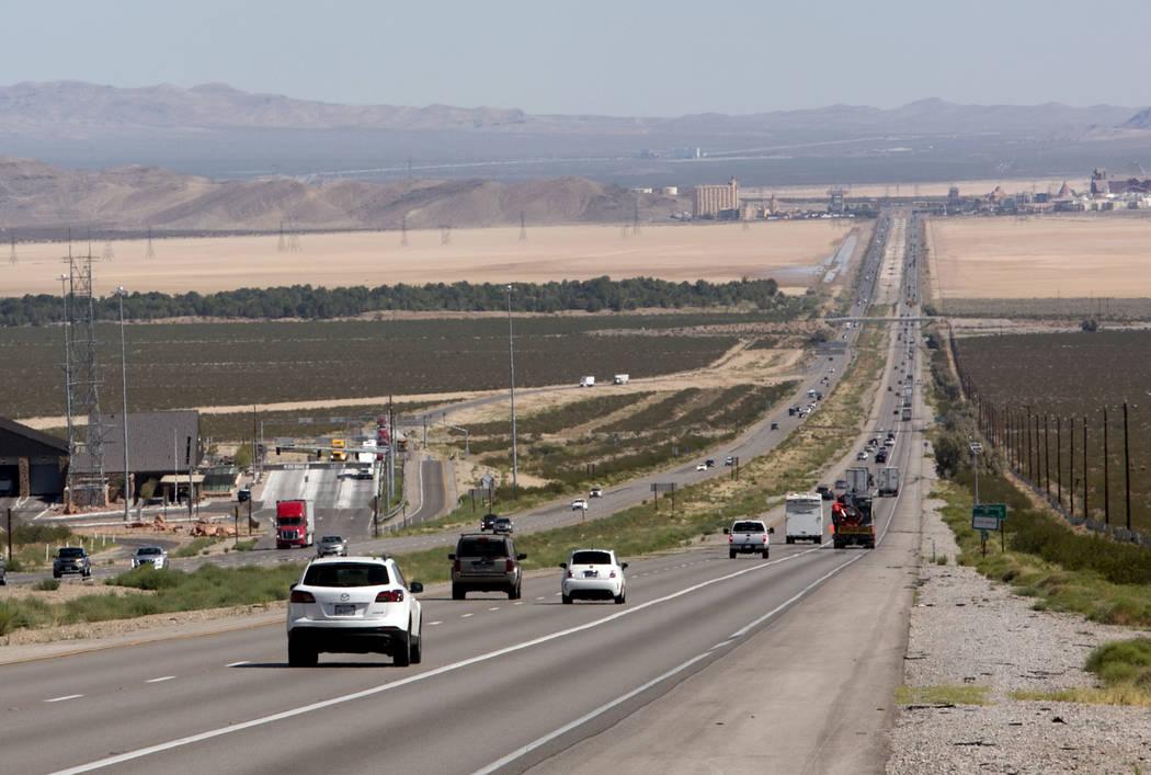 El tráfico se ve en la carretera interestatal 15 en el sur de California, a unos siete kilómetros al sur de Primm, en agosto. (Bizuayehu Tesfaye / Las Vegas Review-Journal)
