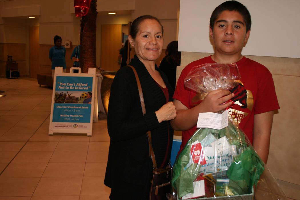 Beartriz Carranza y su hijo Diego muestran su premio ganado en una rifa dentro de la feria de la salud. Fueron a inscribirse para obtener seguro médico, el 15 de diciembre del 2017, en el St Rose ...