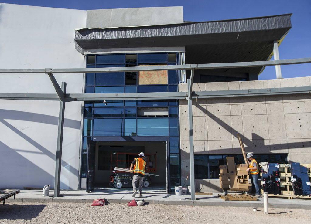 Los trabajadores de la construcción mueven vigas metálicas dentro del Blind Center de Nevada, que pronto se completará, el lunes 11 de diciembre de 2017 en Las Vegas. Benjamin Hager Las Vegas R ...