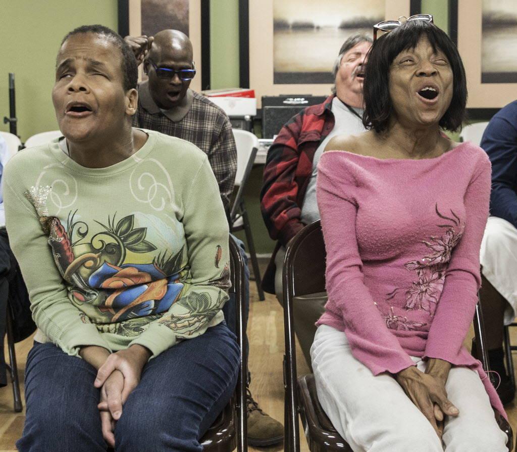 Brenda Graham, a la derecha, canta durante la práctica del coro en el Blind Center of Nevada el lunes, 11 de diciembre de 2017, en Las Vegas. Benjamin Hager Las Vegas Review-Journal @benjaminhphoto