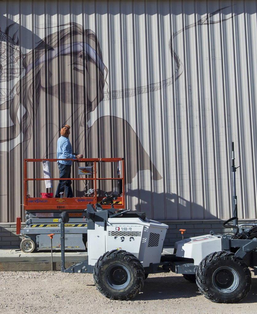 Un pintor trabaja en un mural de casi 25 pies fuera del Blind Center of Nevada el lunes, 11 de diciembre de 2017, en Las Vegas. Benjamin Hager Las Vegas Review-Journal @benjaminhphoto