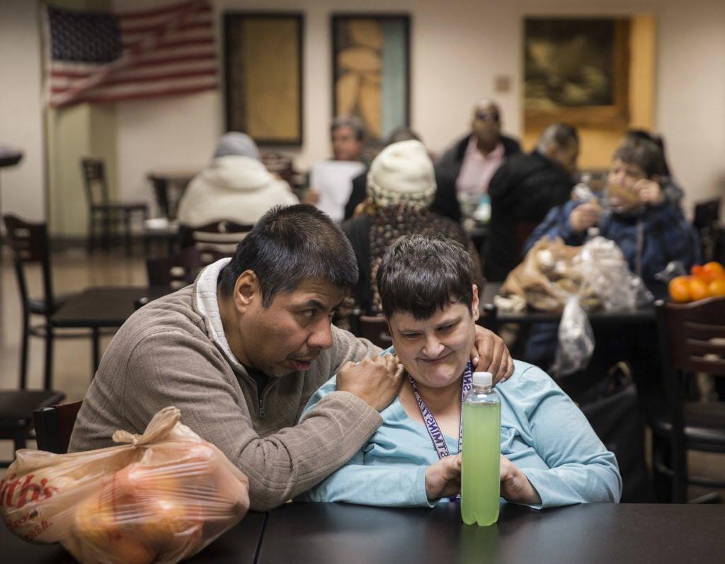 Danny Medrano, izquierda, y Robin Braun hablan durante el almuerzo en la cafetería del Blind Center of Nevada el lunes, 11 de diciembre de 2017, en Las Vegas. Benjamin Hager Las Vegas Review-Jour ...