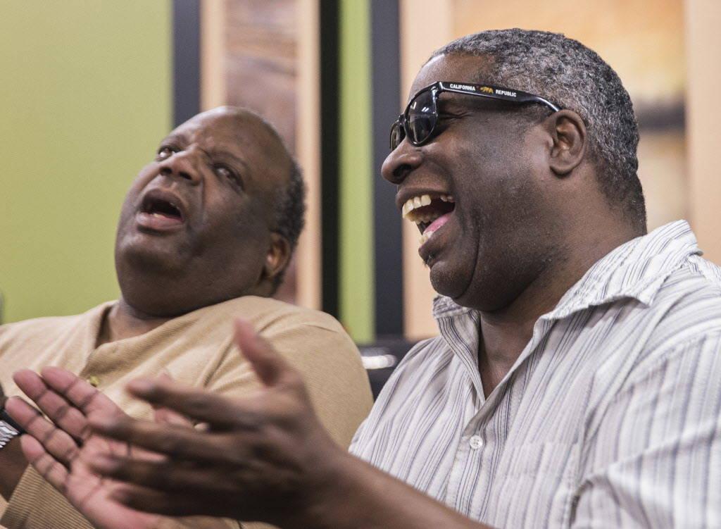 William Stoakley, a la derecha, comparte un momento con otros miembros del coro en el Blind Center of Nevada el lunes, 11 de diciembre de 2017, en Las Vegas. Benjamin Hager Las Vegas Review-Journa ...