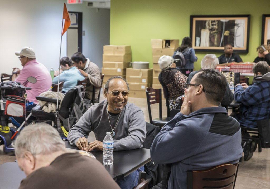 Bobby Jiménez, en medio, socializa en la cafetería del Blind Center of Nevada el lunes, 11 de diciembre de 2017, en Las Vegas. Benjamin Hager Las Vegas Review-Journal @benjaminhphotoo