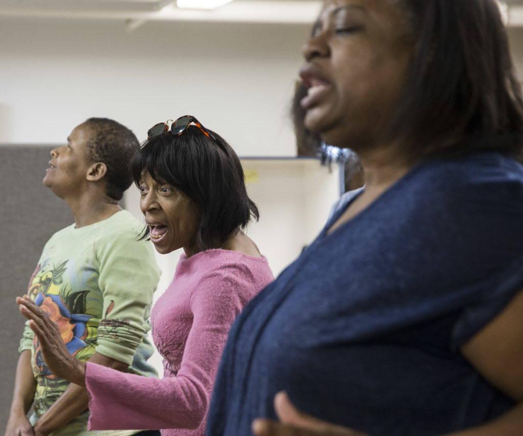 Brenda Graham, en medio, canta durante la práctica del coro en el Blind Center of Nevada el lunes, 11 de diciembre de 2017, en Las Vegas. Benjamin Hager Las Vegas Review-Journal @benjaminhphoto