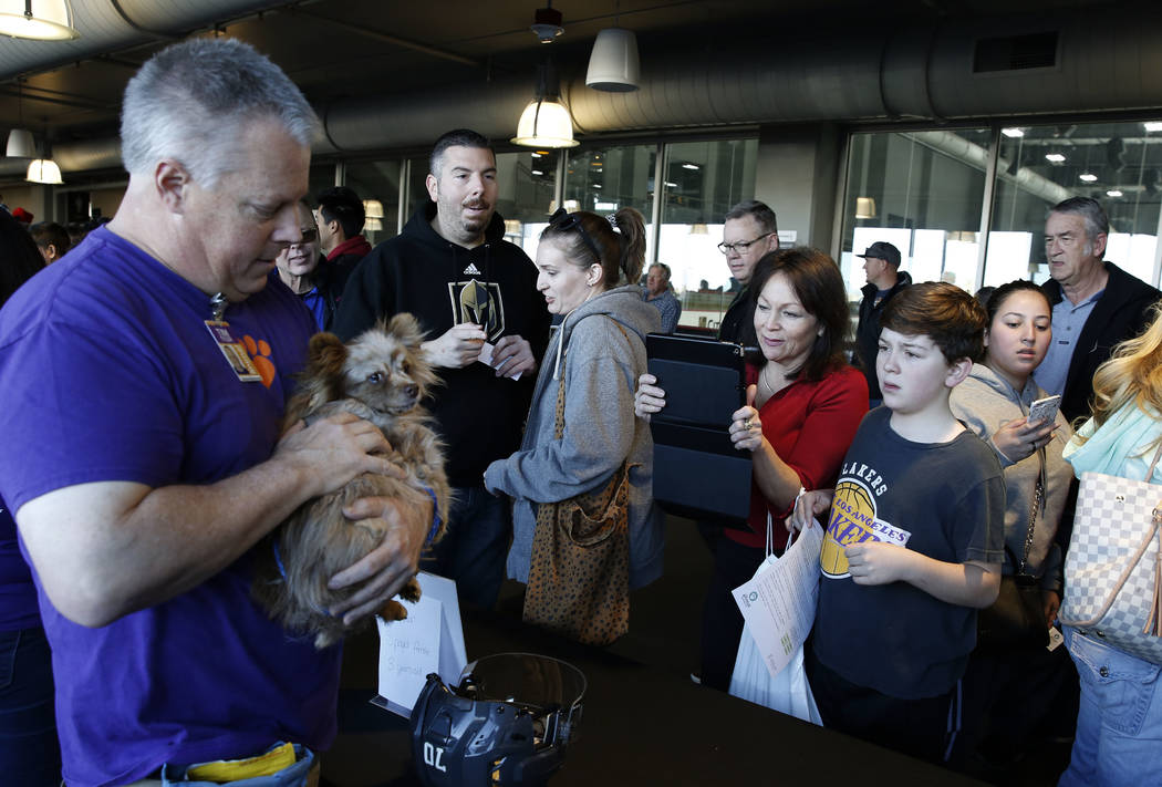 Tim Tyler sostiene a Feather mientras Wanda Juzefczyk y su hijo Harry, de 12 años, observan en City National Arena el lunes, 18 de diciembre de 2017, en Las Vegas. Vegas Golden Knights y Animal F ...