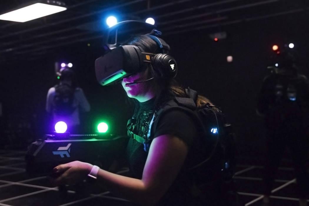 Joslyn Garcia, en medio, busca objetivos mientras juega en una experiencia de realidad virtual el martes 5 de septiembre de 2017 en el hotel casino MGM Grand de Las Vegas. Benjamin Hager Las Vegas ...
