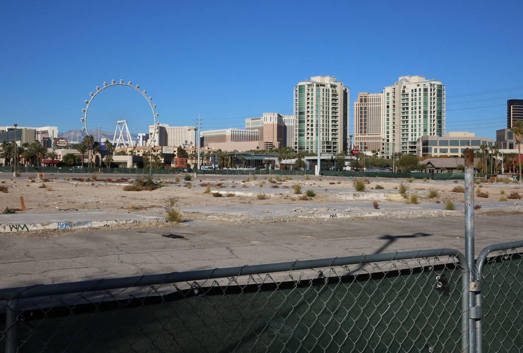 Un lote vacío en la esquina de Paradise Road y Flamingo Road fotografiado el miércoles 13 de diciembre de 2017 en Las Vegas. Un desarrollador chino está tratando de vender 12 hectáreas al este ...