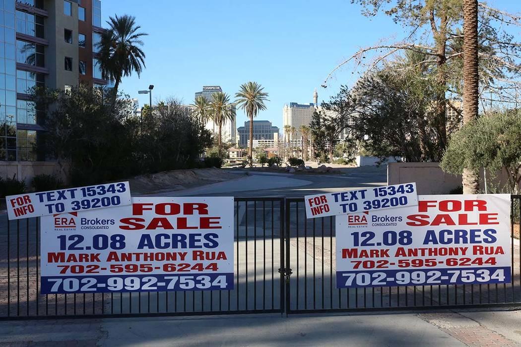 Los letreros de venta se colocan en la entrada de un lote vacío en la esquina de Paradise Road y Flamingo Road el miércoles 13 de diciembre de 2017 en Las Vegas. Un desarrollador chino está tra ...