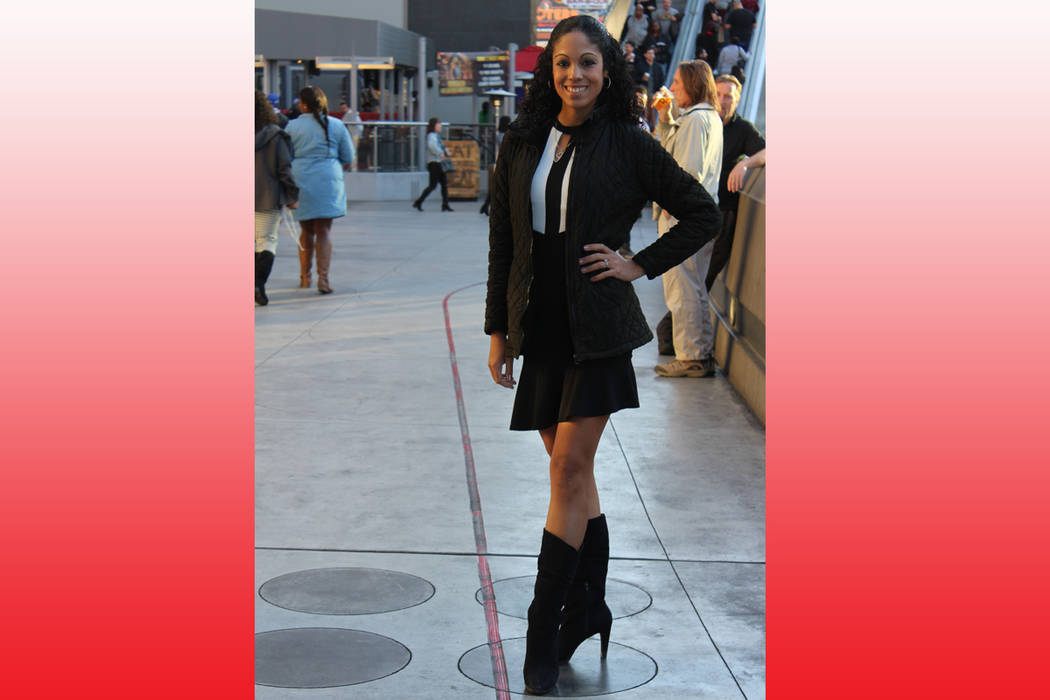"""Martha Pérez, 'show girl', muestra claramente la línea roja que es su """"escenario"""" para trabajar. 15 de diciembre de 2017 en el Strip de Las Vegas. Foto Cristian De la Rosa / El Tiempo."""