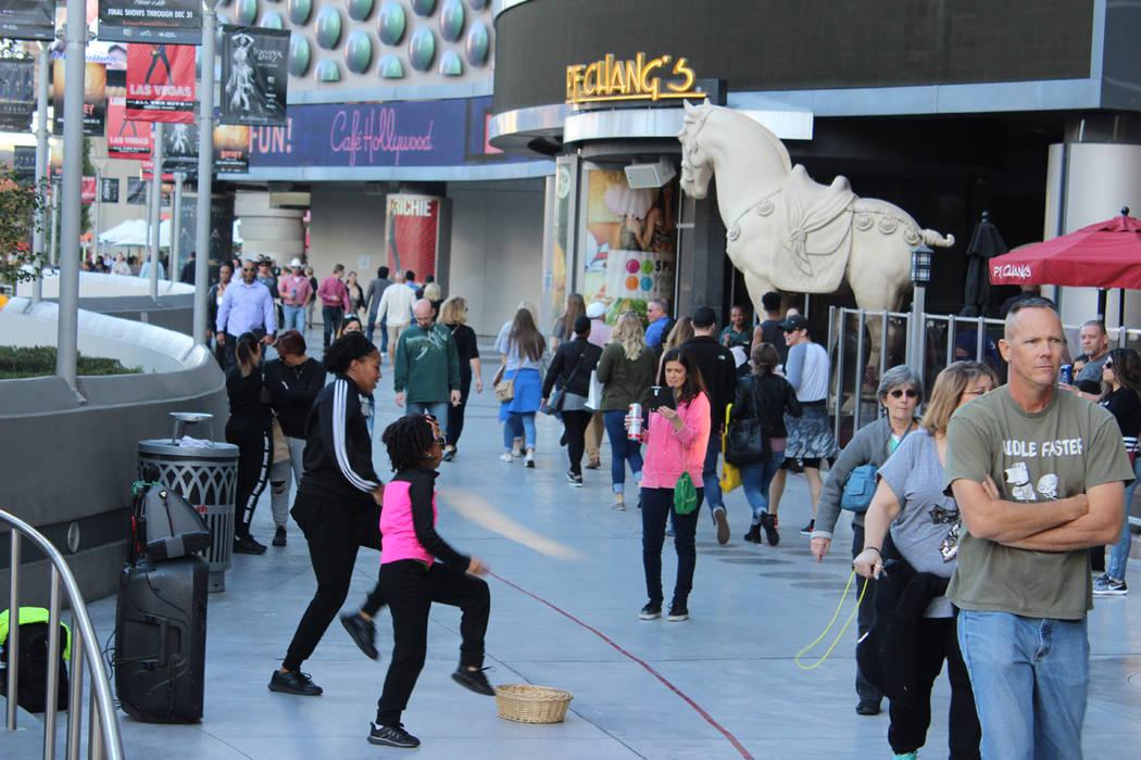 Un dúo de artistas urbanas hacen su presentación en el espacio asignado para no obstruir el camino peatonal. 15 de diciembre de 2017 en el Strip de Las Vegas. Foto Cristian De la Rosa / El Tiempo.