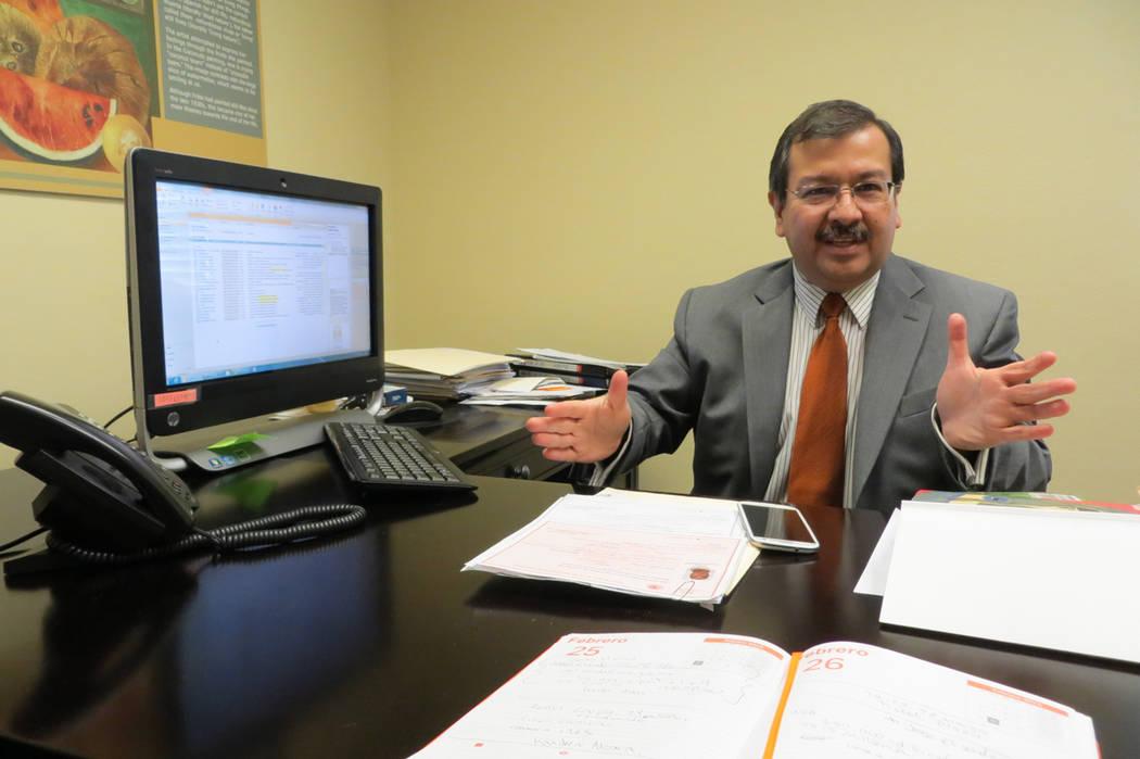 Jorge Elizondo, cónsul de Comunidades del Consulado de México en Las Vegas, explicó los detalles sobre el Programa Paisano 2017. Foto Archivo El Tiempo.