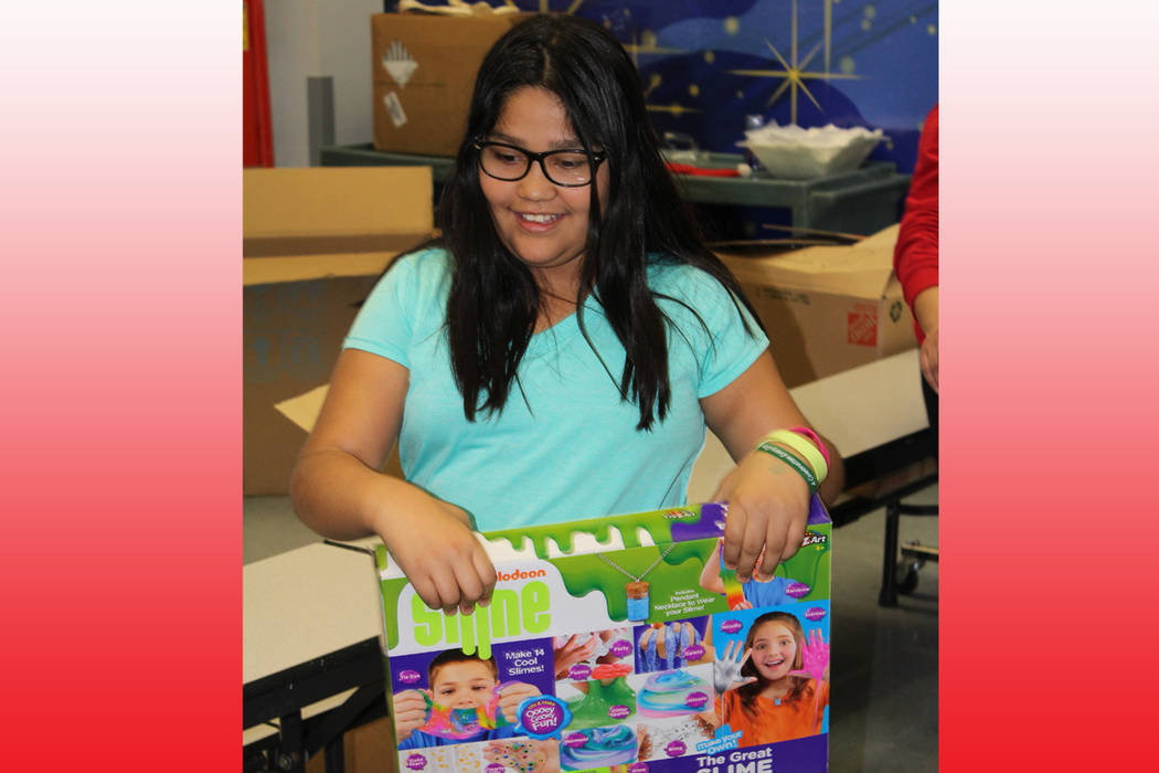 Jazmín Carranza, de 10 años de edad, eligió un juguete para compartir con sus dos hermanos. 20 de diciembre de 2017 en la escuela Whitney. Foto Cristian De la Rosa / El Tiempo.