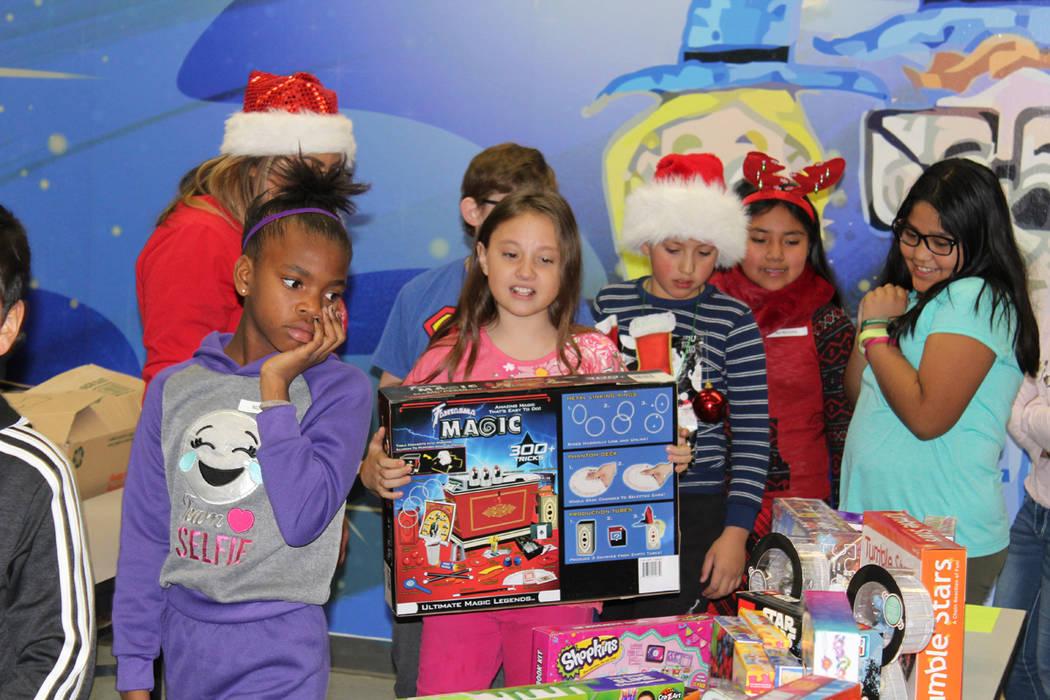 Los 600 regalos fueron donados por los propios empleados de Station Casinos. 20 de diciembre de 2017 en la escuela Whitney. Foto Cristian De la Rosa / El Tiempo.