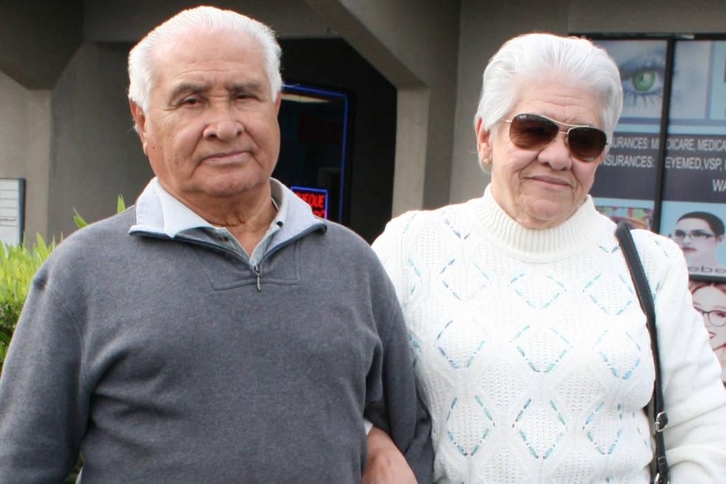 Edmundo Urquilla y su esposa tienen miedo de pensar en regresar a El Salvador. Aquí aparecen afuera del Consulado de El Salvador, el 15 de noviembre del 2017. Foto Valdemar González / El Tiempo.