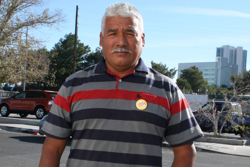 """Víctor Mora es """"tepesiano"""" trabajador de hotel, padre soltero. Aquí afuera del Sindicato Culinario, el 9 de diciembre del 2017 dijo que él lucha por el TPS. Foto Valdemar González / El Tiempo."""