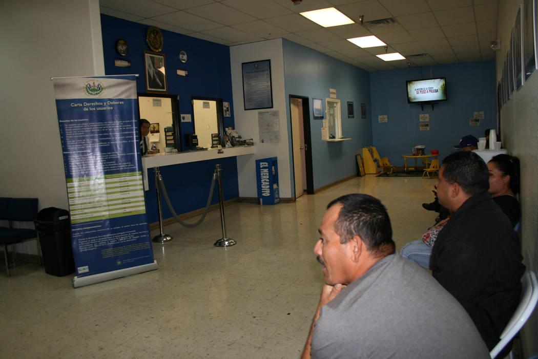 En el Consulado de El Salvador en LV salvadoreños esperan ser atendidos con orientación sobre el TPS, el 15 de noviembre del 2017. Foto Valdemar González / El Tiempo.