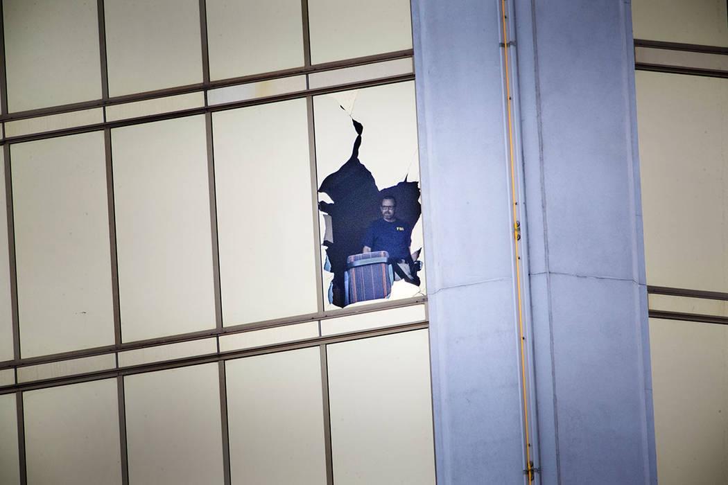 El FBI continúa investigando la escena en el piso 32 del hotel casino de Mandalay Bay el miércoles 4 de octubre de 2017 en Las Vegas. Richard Brian Las Vegas Review-Journal @vegasphotograph