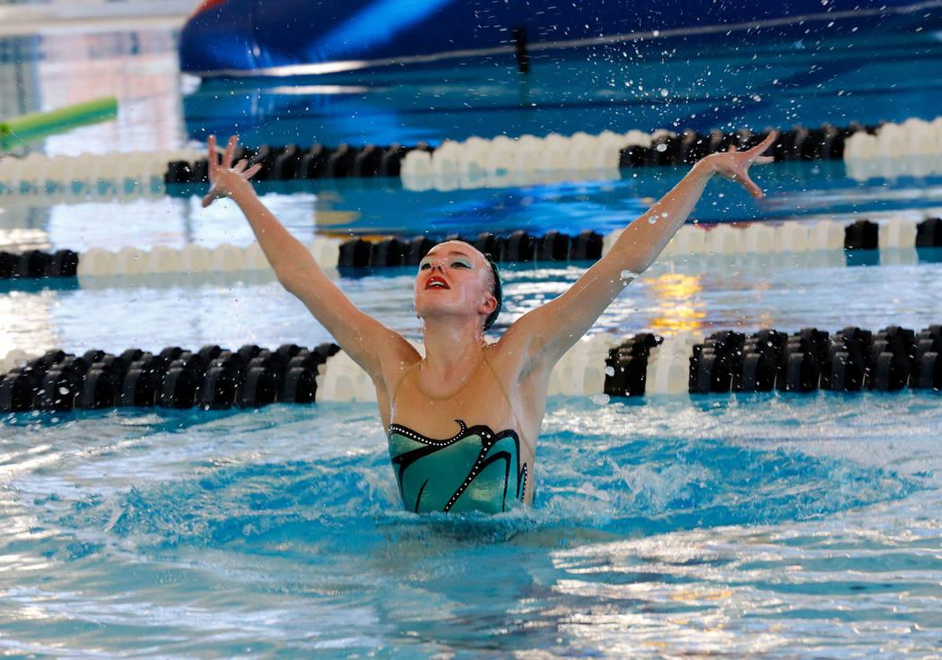 Natalie LaGrone, de 17 años, de Nevada Desert Mermaids, un competitivo equipo de natación sincronizada, se presenta durante la gran inauguración de la piscina cubierta Aquatic Springs de 24,940 ...