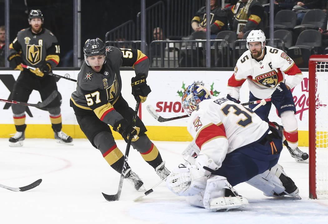 El portero de los Florida Panthers, James Reimer (34) defiende contra un tiro de David Perron (57) de los Golden Knights  durante un juego de hockey de la NHL en el T-Mobile Arena en Las Vegas el  ...