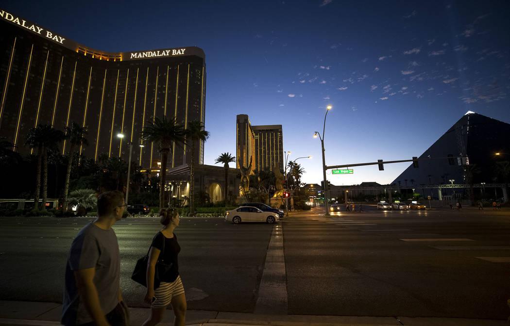 La gente camina frente al Mandalay Bay en Las Vegas Strip al atardecer del miércoles 11 de octubre de 2017. Richard Brian Las Vegas Review-Journal @vegasphotograph