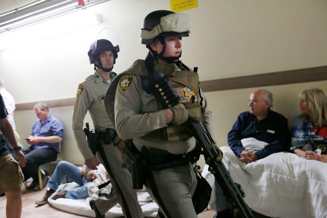 Los agentes de policía caminan a través del Luxor donde la gente fue evacuada durante un tiroteo masivo en el Strip el domingo, 1° de octubre de 2017, en Las Vegas. Chitose Suzuki Las Vegas Rev ...