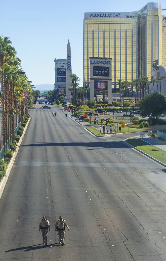 La policía de Las Vegas mantiene el Strip al sur de Tropicana Avenue despejado el lunes 2 de octubre de 2017 en Las Vegas. Un pistolero en la habitación del hotel Mandalay Bay disparó a una mul ...