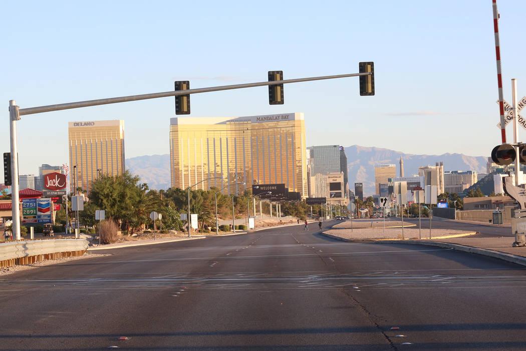 Las Vegas Boulevard permanece cerrado mientras la policía de Las Vegas investiga el lunes 2 de octubre de 2017 en el hotel casino  Mandalay Bay donde murieron al menos 50 personas y más de 400 r ...