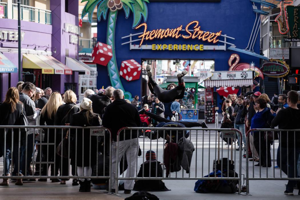 Onay Green de Inglewood, California, 20, salta sobre los participantes a lo largo de Fremont Street Experience mientras se instalan barricadas para la celebración de la víspera de Año Nuevo en  ...