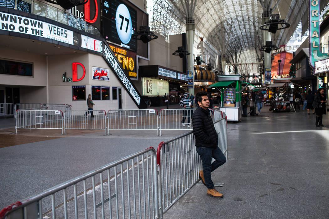 Alex Cardona de Santa Ana, Calif., 25 se recarga contra las barricadas instaladas en preparación para las celebraciones de la víspera de Año Nuevo a lo largo de Fremont Street Experience en Las ...