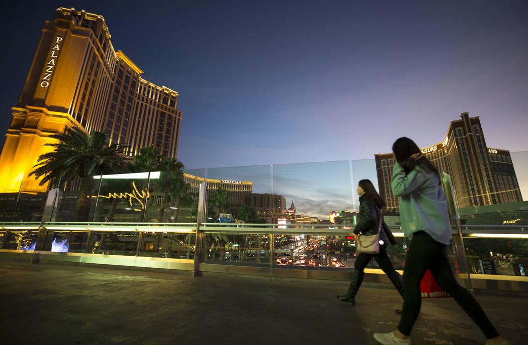 La gente camina sobre un puente peatonal que conecta el Fashion Show Mall con el Wynn Las Vegas en The Strip el martes, 26 de diciembre de 2017. Richard Brian Las Vegas Review-Journal @vegasphotograph