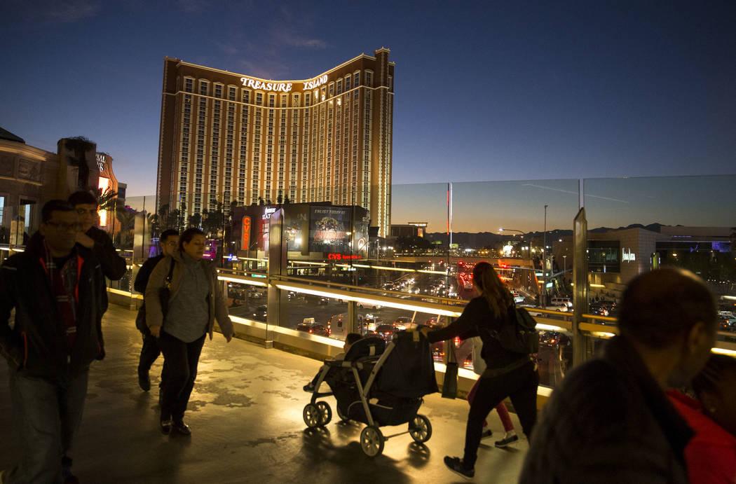 La gente camina sobre un puente peatonal que conecta el Wynn Las Vegas con el Palazzo on the Strip el martes 26 de diciembre de 2017. Richard Brian Las Vegas Review-Journal @vegasphotograph