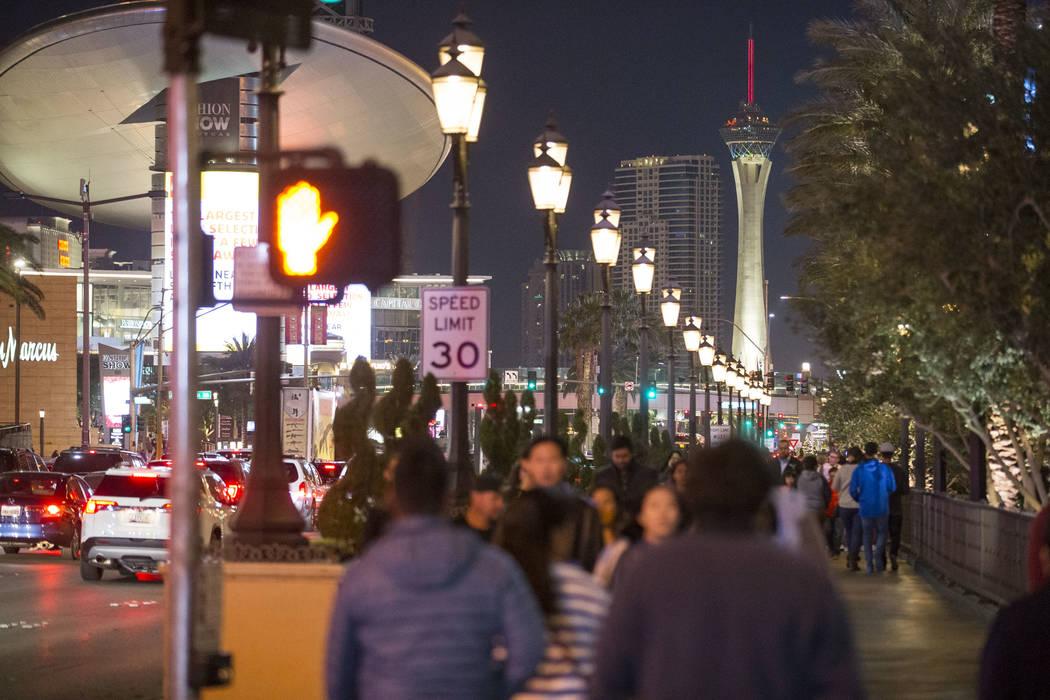 La gente camina fuera del Palazzo en el Strip el martes, 26 de diciembre de 2017. Richard Brian Las Vegas Review-Journal @vegasphotograph