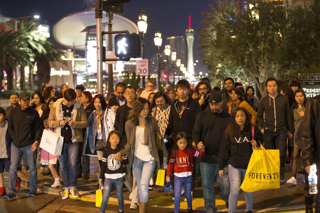 a gente espera para cruzar la calle frente al Palazzo en el Strip el martes, 26 de diciembre de 2017. Richard Brian Las Vegas Review-Journal @vegasphotograph