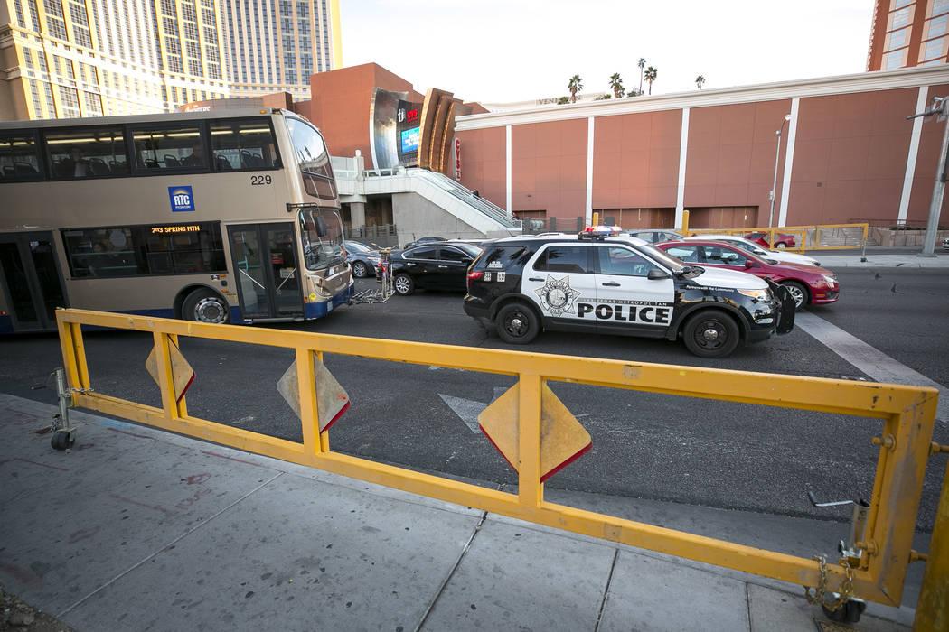 Barreras de carretera en Spring Mountain Road se desplegarán en Noche vieja para detener el tráfico. Richard Brian Las Vegas Review-Journal @vegasphotograph