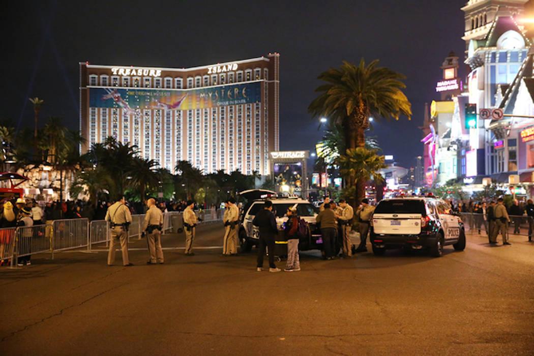 Oficiales de policía de Las Vegas supervisan el Strip cerca del hotel casino The Mirage en la víspera de Año Nuevo, el sábado 31 de diciembre de 2016. (Erik Verduzco / Las Vegas Review-Journal)