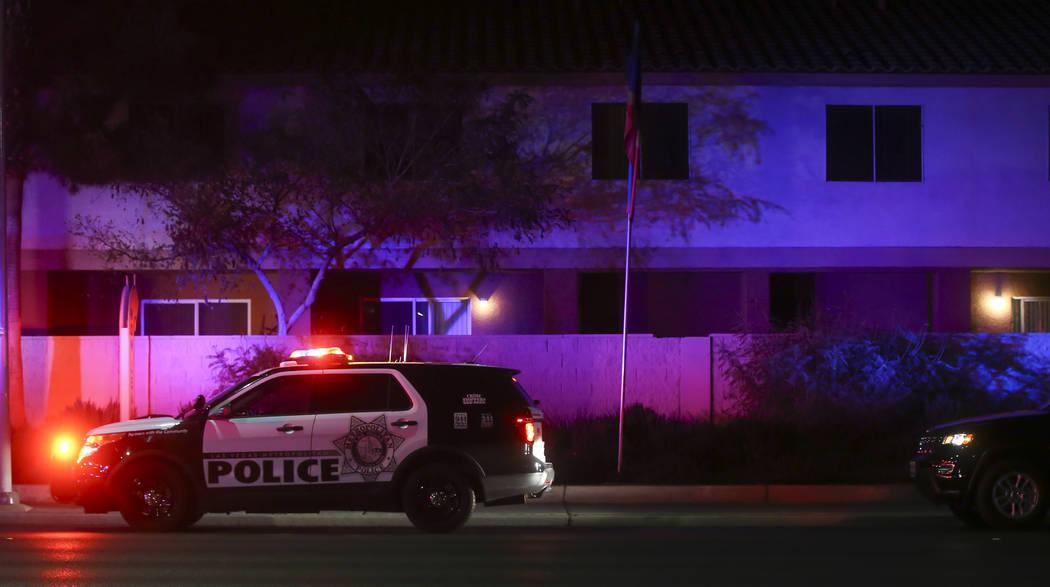 La policía de Las Vegas responde a una escena en la que varias personas recibieron disparos en el 3750 de E. Bonanza Road en Las Vegas el miércoles 27 de diciembre de 2017. Chase Stevens Las Veg ...