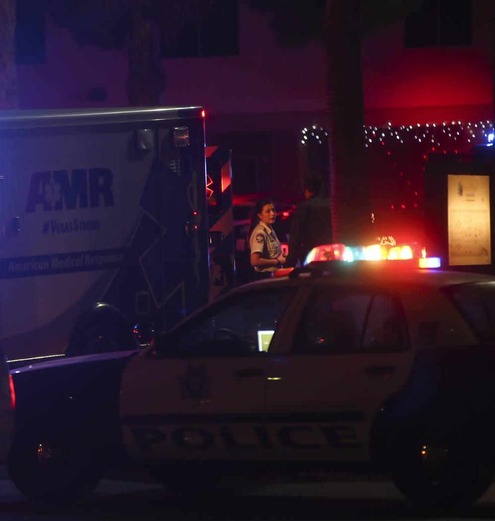 El personal médico responde a una escena en la que varias personas recibieron disparos en el 3750 de E. Bonanza Road en Las Vegas el miércoles 27 de diciembre de 2017. Chase Stevens Las Vegas Re ...