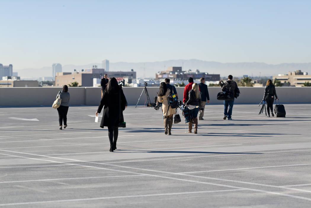 Miembros de los medios de comunicación se dirigen a una zona de estacionamiento en la Sede del Departamento de Policía Metropolitana en Las Vegas el miércoles 27 de diciembre de 2017 para una c ...